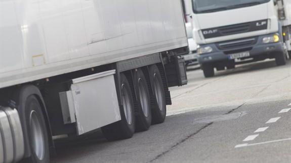 Camiones circulando por la vía pública