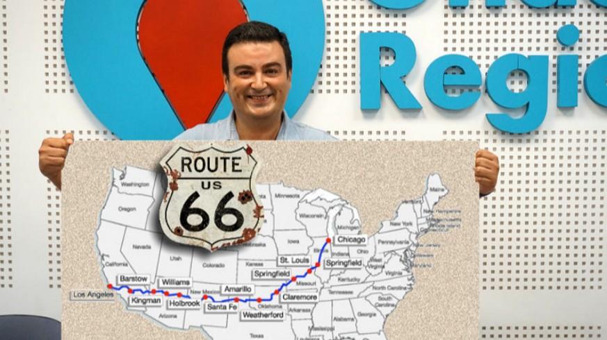 José Antonio García Ayala con mapa de Estados Unidos y la Ruta 66