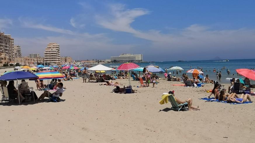 Turistas en una playa de La Manga en agosto de 2020