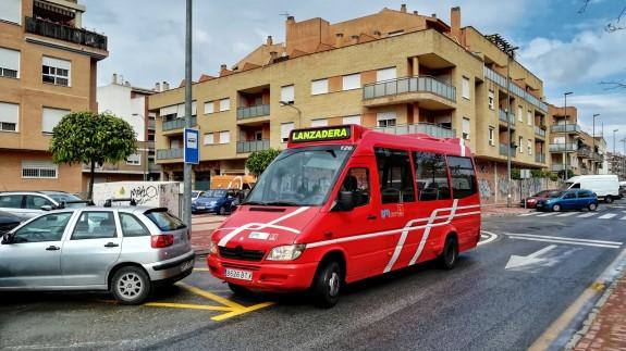 El ayuntamiento de Murcia ha dispuesto autobuses gratuitos para los vecinos afectados por el cierre del paso a nivel de Santiago El Mayor