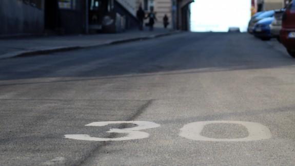 Calles con un solo carril por sentido con límites de velocidad a 30 km/h en todas las ciudades de España