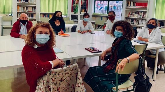 """Los profesores del proyecto """"Sumando mundos"""" reunidos con el alcalde de Lorca, diego José Mateos."""