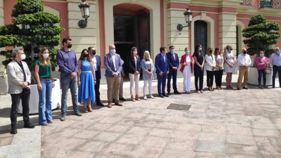 Minuto de silencio a las puertas del ayuntamiento de Murcia