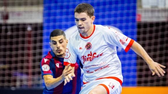 Mellado pugna con Hamza en el partido frente al Levante