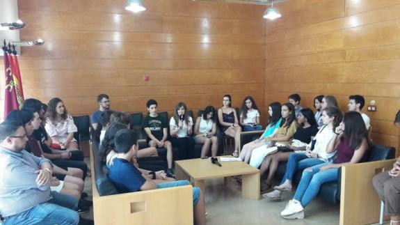 La concejala Rebeca Pérez con algunos de los participantes en los intercambios europeos