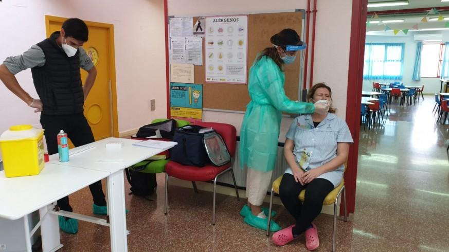 Personal de la Escual Infantil La Ermita, de La Alberca, realizándose la prueba de antígenos. ORM