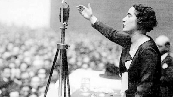 Clara Campoamor durante su discurso del 1 de Octubre de 1931