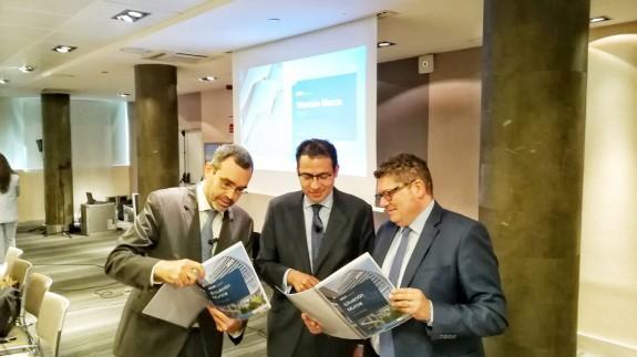 Miguel Cardoso, en el centro, durante la presentación del informe del BBVA