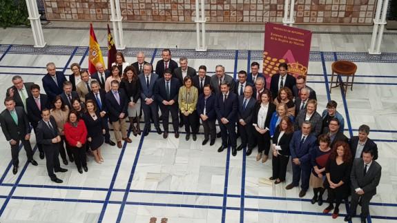 Foto de familia tras la firma del nuevo Estatuto en el Patio de los Ayuntamientos de la Asamblea