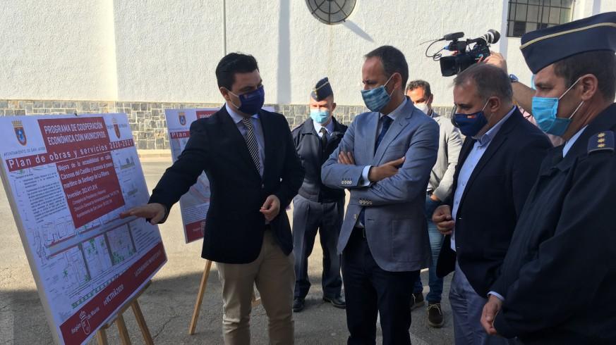 Jose Miguel Luengo con el consejero de Hacienda y el coronel de la AGA