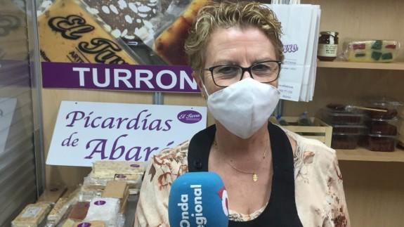 Mari Carmen Banegas Gómez en su puesto de venta de turrón en Abarán