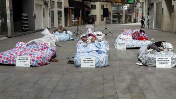 Los vecinos sacan sus camas a la calle. ORM