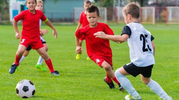 Niños jugando al fútbol. FOTO: RFEF.