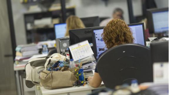 Imagen de archivo de trabajadores en una oficina