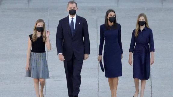 La Familia Real, todos con mascarilla, en el acto de homenaje a las víctimas del COVID-19