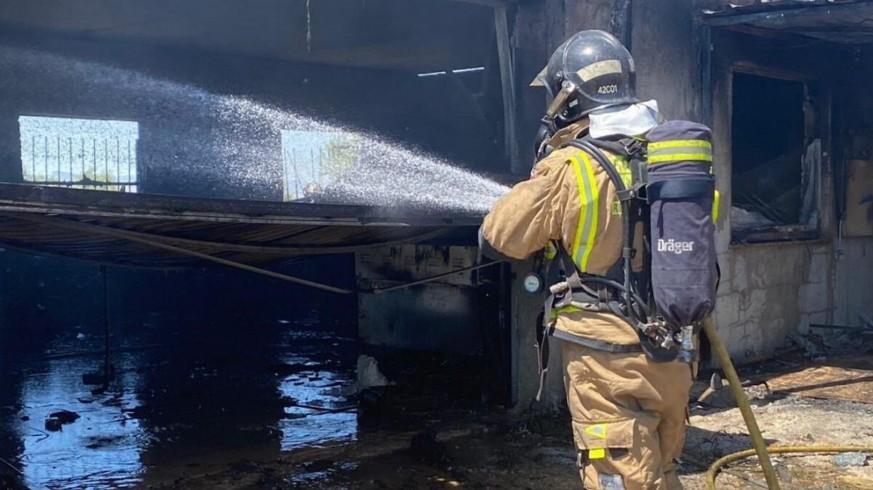 Bomberos atienden un incendio
