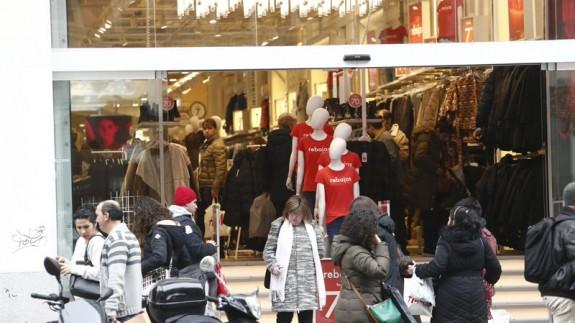 Gente comprando en rebajas