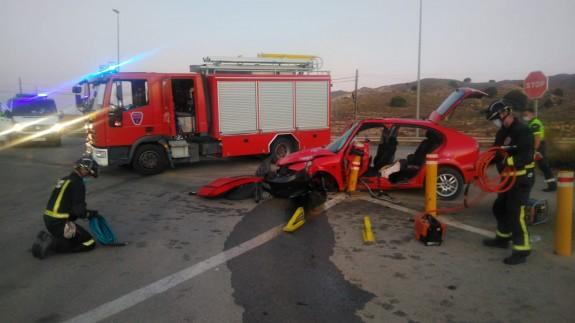 Un herido al volcar su coche en la carretera de Totana