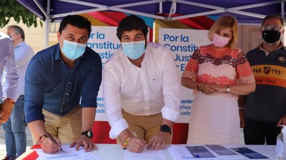 López Miras, junto al secretario general del PP, José Miguel Luengo en la recogida de firmas contra los indultos - PP