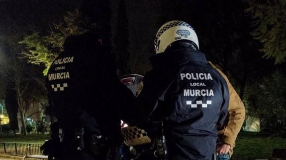 Momento en el que la Policía sanciona a los jóvenes