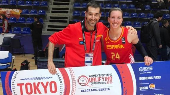 Laura Gil, con el también murciano Juan Francisco Abellán, médico de la selección española de baloncesto