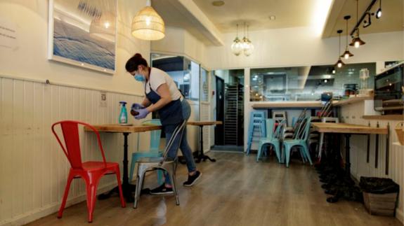 Una camarera en un local de hostelería