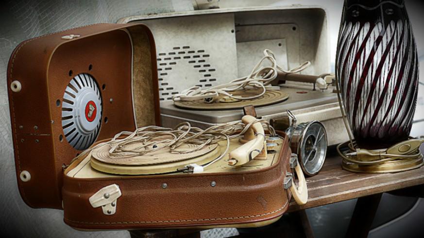 Dos tocadiscos antiguos de maletín
