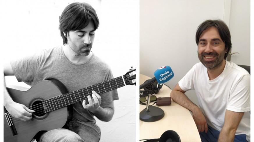 Diego Corraliza con su guitarra y en los estudios de Onda Regional en Yecla