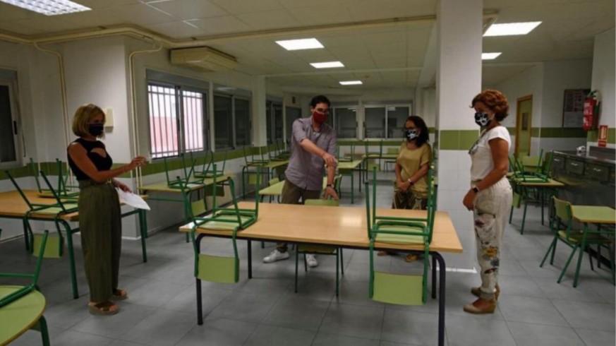Personal prepara la distribución de plazas en el comedor escolar