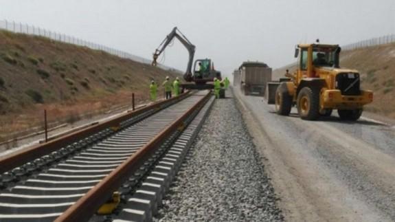 Maquinaria de Adif trabajando en la línea férrea