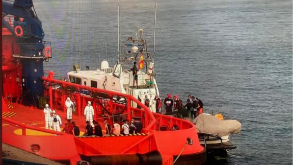 Traslado de inmigrantes rescatados por Salvamento Marítimo en Cartagena