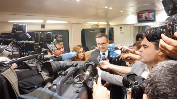 Conesa atiende a los medios de comunicación durante el viaje del tren híbrido