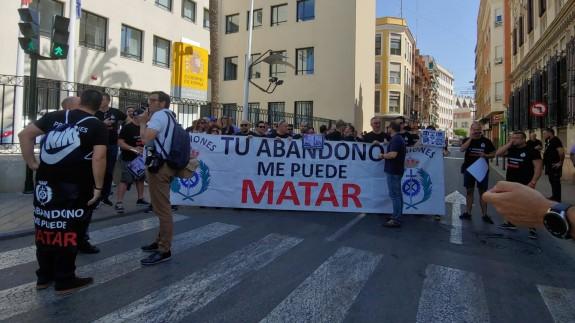 Los funcionarios han cortado la calle frente a la Delegación del Gobierno