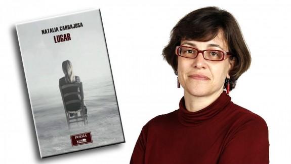 Natalia Carbajosa y portada de su poemario 'Lugar'