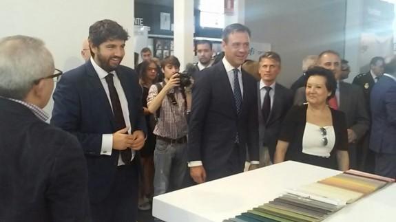 López Miras junto al alcalde Marcos Ortuño (d) en la inauguración de la Feria del Mueble