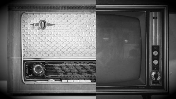 Imagen dividida de radio y televisor antiguos