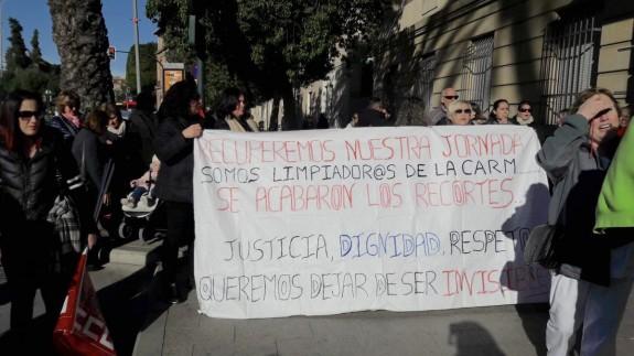 Protesta de las trabajadoras frente a la consejería de Hacienda