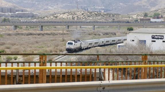 Tren circulando a su entrada en Cartagena