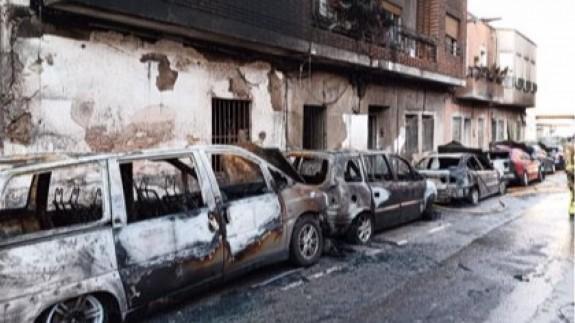 Estado de los vehiculos quemados y de la vivienda siniestrada