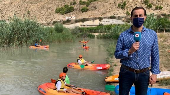Víctor Manuel López Abenza atendiendo a ORM en la orilla del río. CLAUDIO CABALLERO