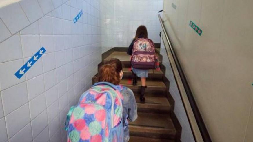 Dos alumnas suben por las escaleras en un colegio (archivo). EP