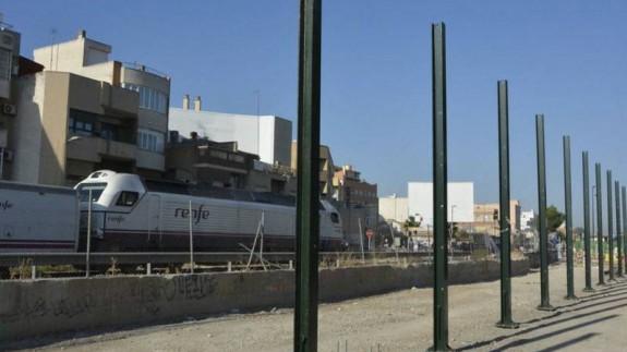 Pantallas de metacrilato frente a viviendas en Murcia por la llegada del AVE