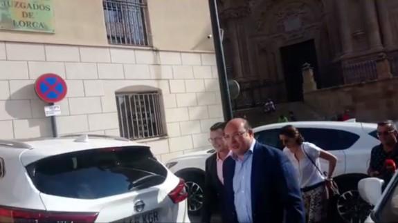Pedro Antonio Sánchez, a la entrada de los Juzgados de Lorca