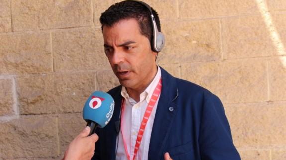 Ros atendiendo a Onda Regional en las elecciones del 26M