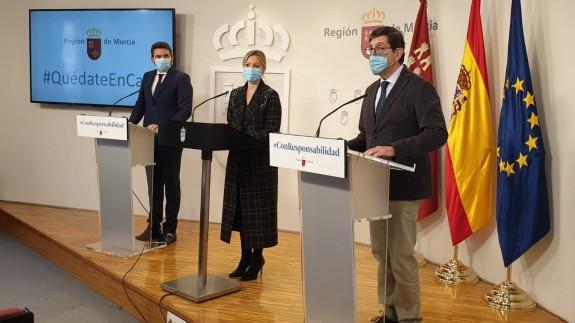 Antonio Luengo, Ana Martínez Vidal y Manuel Villegas tras la reunión del Consejo de Gobierno. ORM