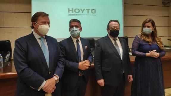 Jiménez (2º por la izquierda) tras haber sido reelegido presidente de los hosteleros. ORM