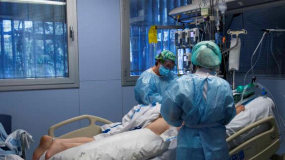 Un paciente covid atendido en la UCI