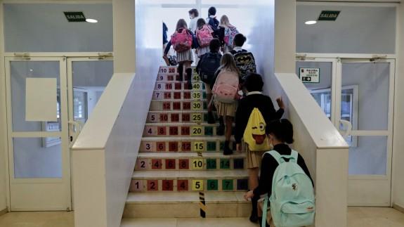 Niños subiendo por las escaleras de un colegio. Foto: Europa Press