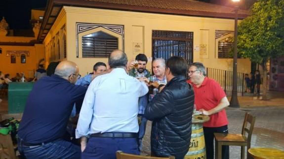 López Miras con otras 6 personas en una terraza de Cieza. PSOE