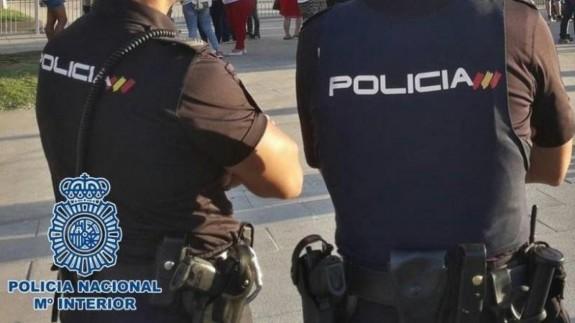 Dos agentes vigilan en la calle (archivo). POLICÍA NACIONAL